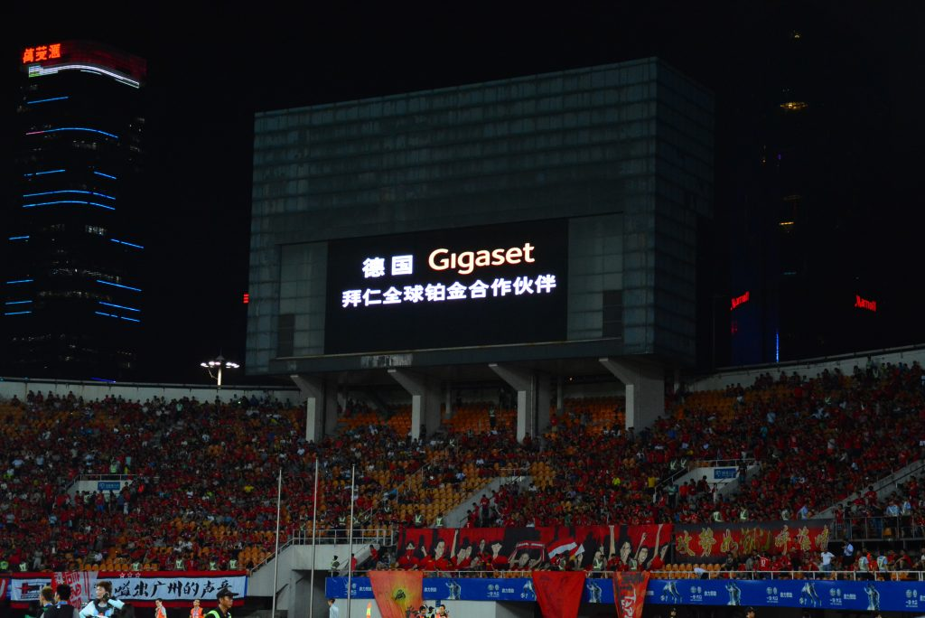 Die Leuchttafel mit dem Gigaset Logo begrüßt die Fans