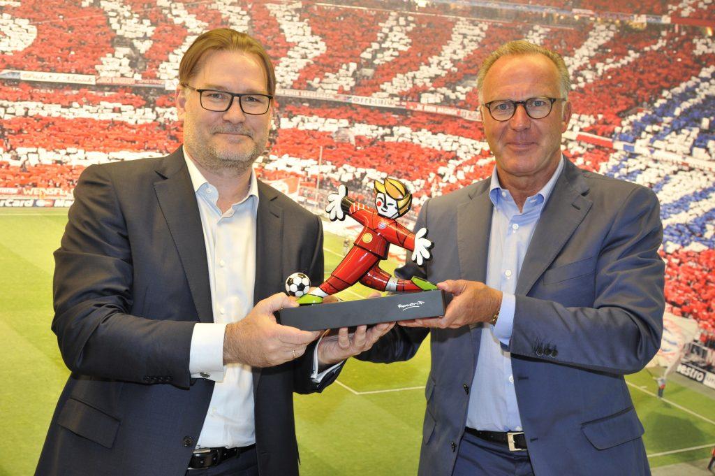 Karl-Heinz Rummenigge (Vorstandsvorsitzender des FC Bayern) und Charles Fränkl (CEO Gigaset AG) symbolischen Übergabe
