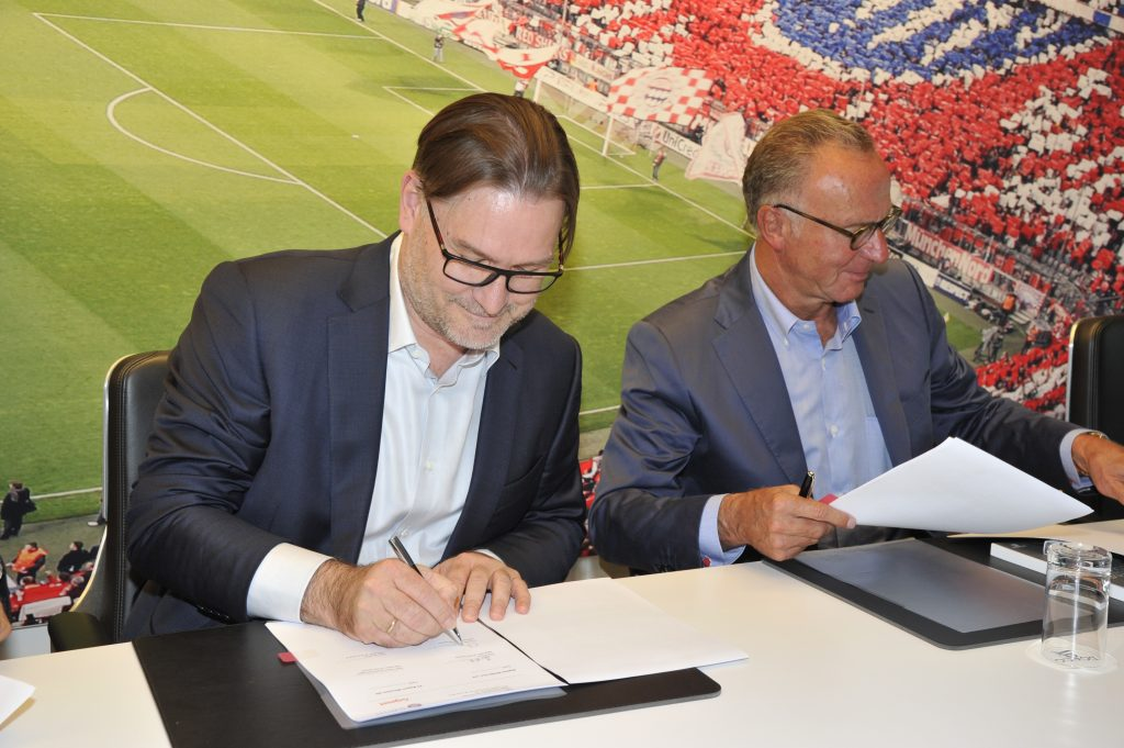 Karl-Heinz Rummenigge (Vorstandsvorsitzender des FC Bayern) und Charles Fränkl (CEO Gigaset AG) bei der Unterzeichnung