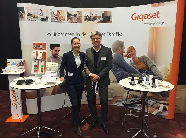 Antonia Stoiber und Ulrich Schmalhofer vor dem Gigaset PREVIEW 2016 Stand