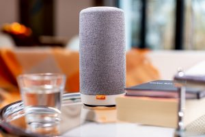 Gigaset_smart_speaker_L800HX_Glastisch
