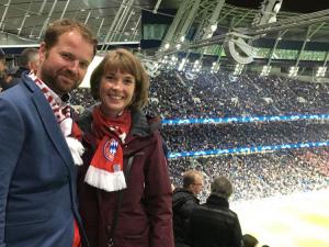 David mit seiner Freundin im Stadion