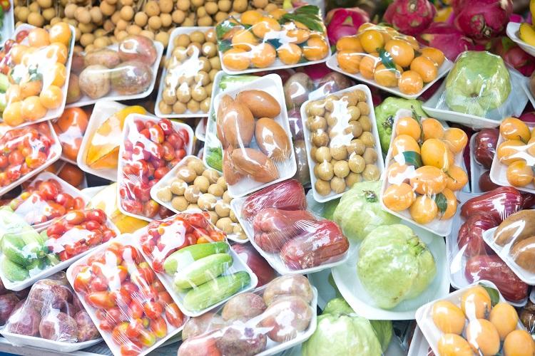 Obst in Plastikverpackungen